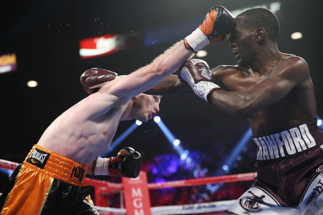 Jeff Horn, izquierda, conecta un golpe contra Terence Crawford en la pelea del título mundial welter de la OMB en el MGM Grand Garden Arena en Las Vegas, el sábado 9 de junio de 2018. Crawford g ...