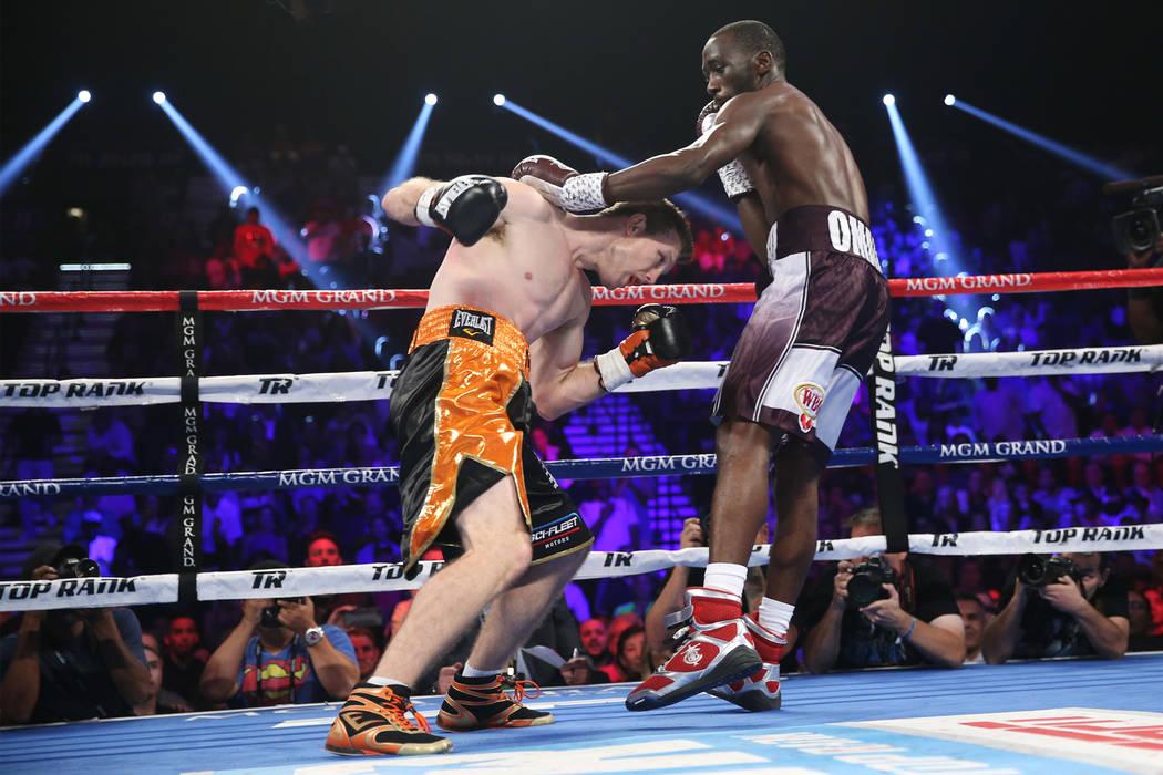 Jeff Horn, izquierda, lucha contra Terence Crawford en la pelea por el título mundial welter de la OMB en el MGM Grand Garden Arena en Las Vegas, el sábado 9 de junio de 2018. Crawford ganó por ...