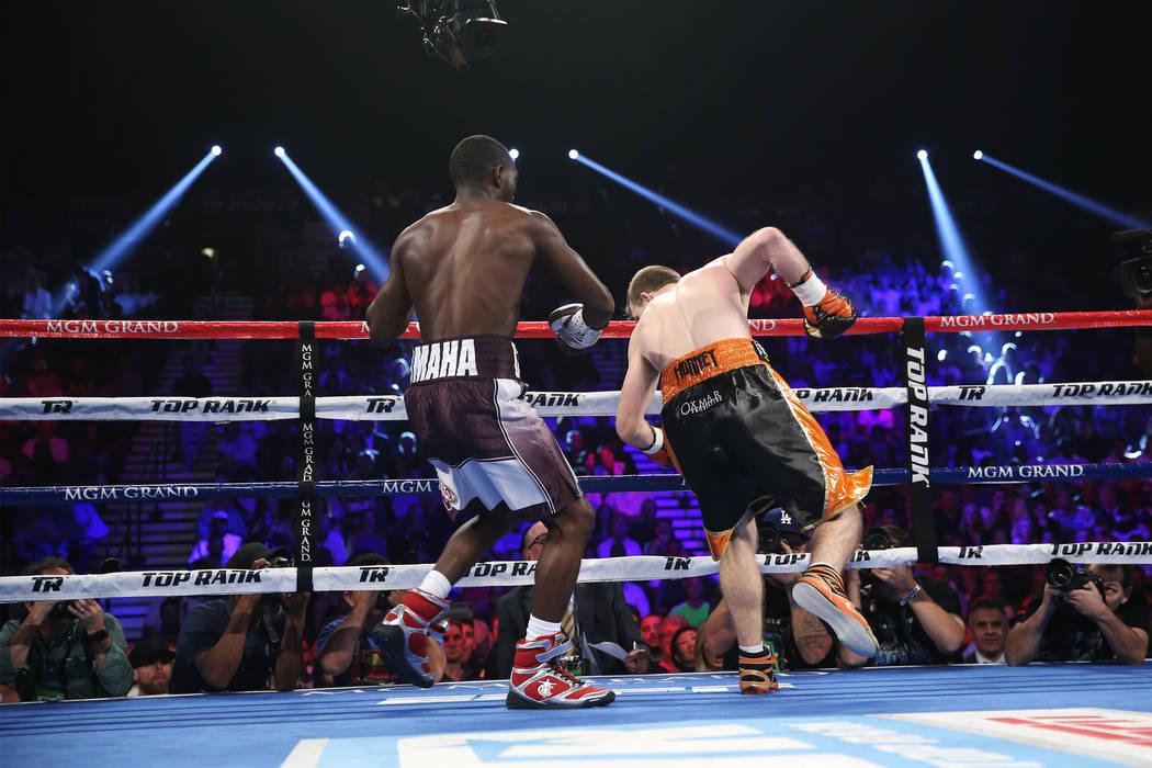 Jeff Horn, a la derecha, tropieza con Terence Crawford en la pelea por el título mundial welter de la OMB en el MGM Grand Garden Arena de Las Vegas, el sábado 9 de junio de 2018. Crawford ganó ...
