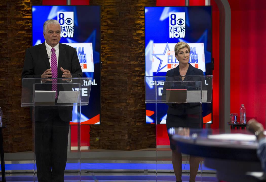 Los candidatos demócratas a la gobernación Steve Sisolak, izquierda, y Chris Giunchigliani participan en un debate en vivo en el canal 8 de KLAS-TV en Las Vegas el lunes 21 de mayo de 2018. (Ric ...