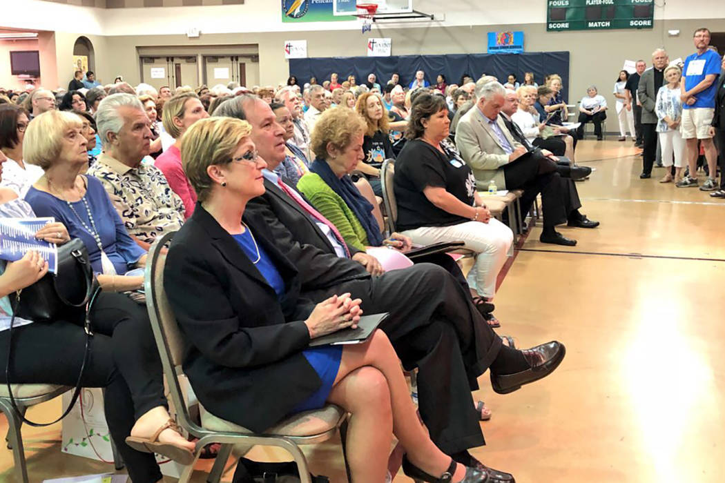 Los candidatos a gobernador de Nevada, Chris Giunchigliani, Steve Sisolak y Dan Schwartz hablaron ante los votantes en un foro organizado el martes por los residentes de Nevada para el bien común ...