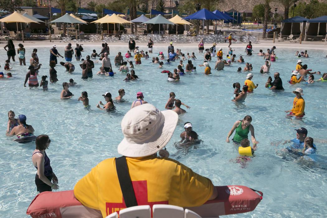 Amigos y familias intentan romper el récord mundial de la mayor lección de natación en Wet 'n' Wild Las Vegas, el jueves 22 de junio de 2017. El evento fue un esfuerzo para crear conciencia sob ...
