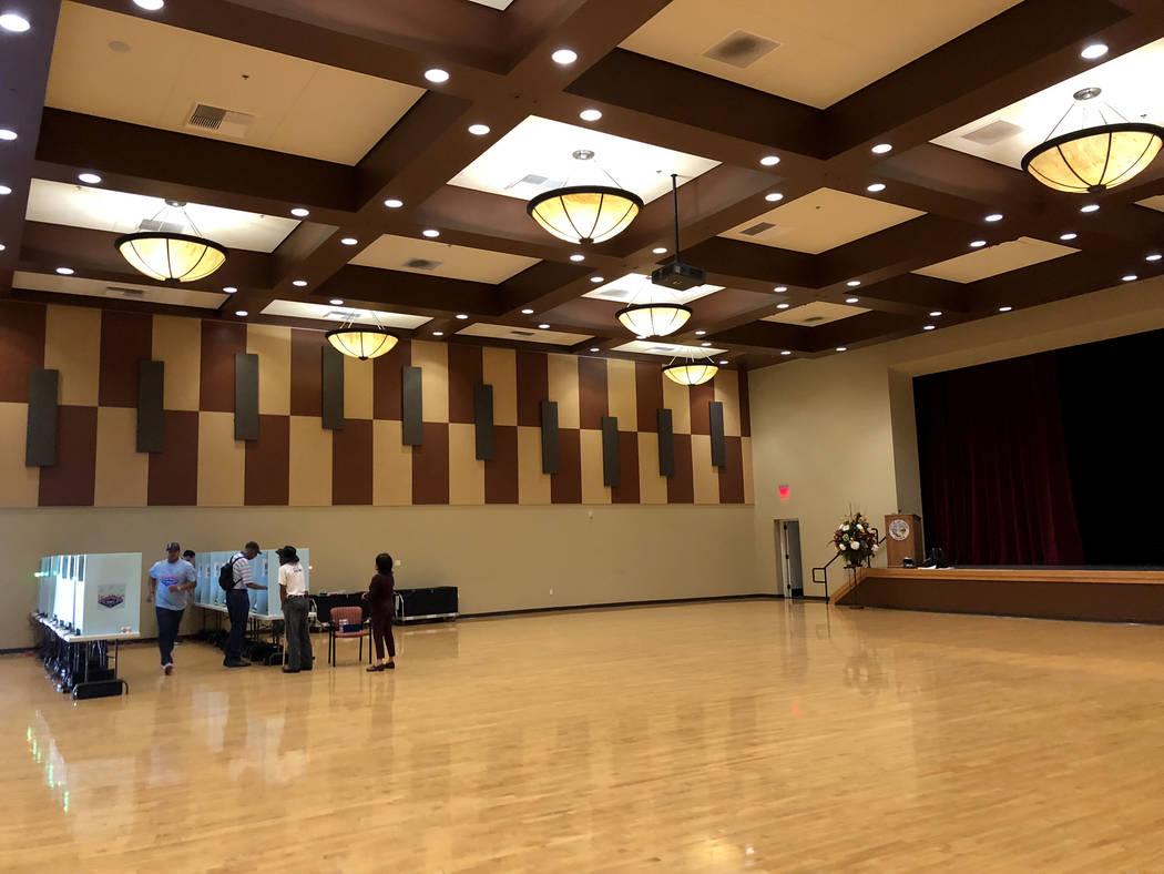 Los votantes depositan sus votos en Historic Fifth Street School en el centro de Las Vegas el día de las elecciones el martes 12 de junio de 2018. (K.M. Cannon / Las Vegas Review-Journal) @KMCann ...