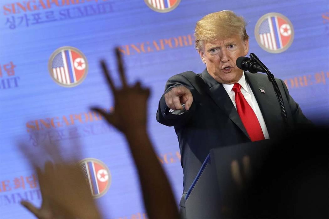 El presidente de EE.UU: Donald Trump, responde preguntas sobre la cumbre con el líder de Corea del Norte, Kim Jong Un, durante una conferencia de prensa en el complejo de Capella en la Isla Sento ...