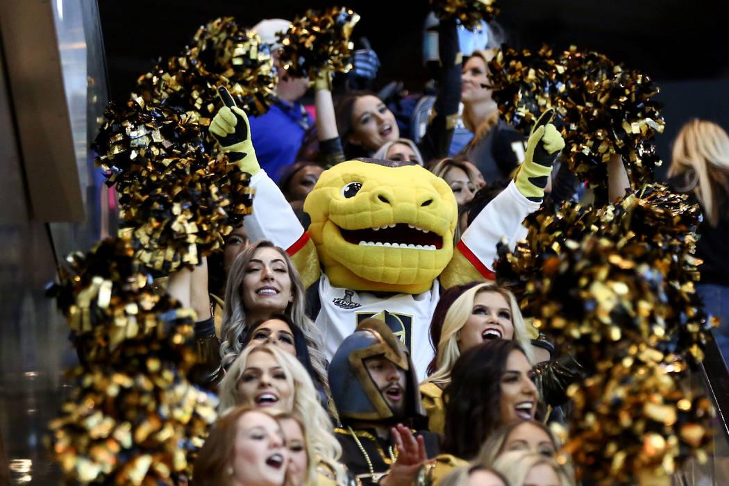 La mascota de Golden Knights, Chance, durante un desfile previo al juego antes del Juego 1 de la final de la Copa Stanley de hockey de la NHL en la T-Mobile Arena en Las Vegas el lunes 28 de mayo ...