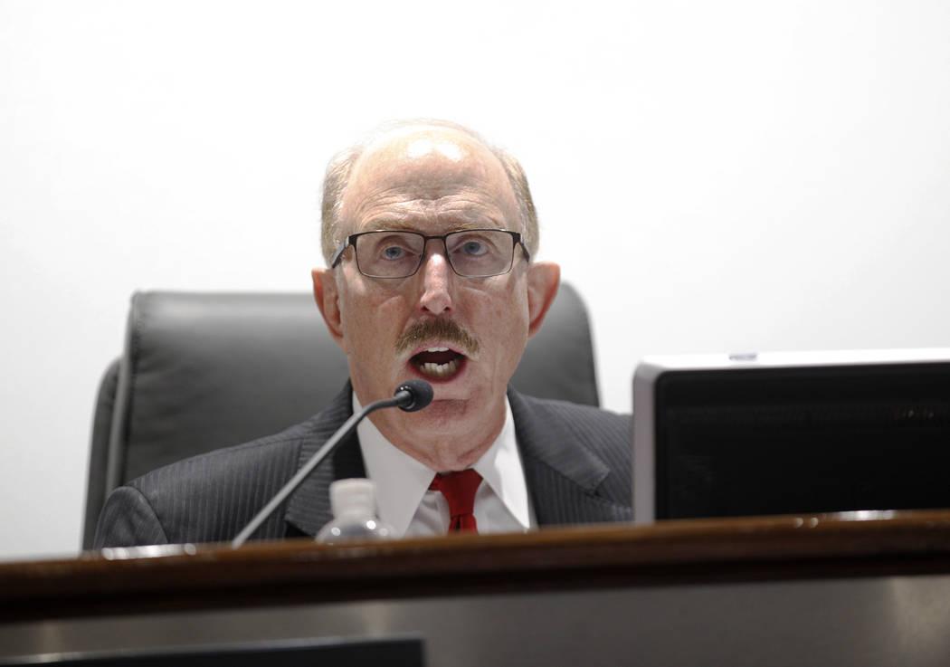Bill Noonan, miembro de la junta de la Autoridad de Convenciones y Visitantes de Las Vegas, quien preside el comité de auditoría, habla en una reunión en el Centro de Convenciones de Las Vegas ...