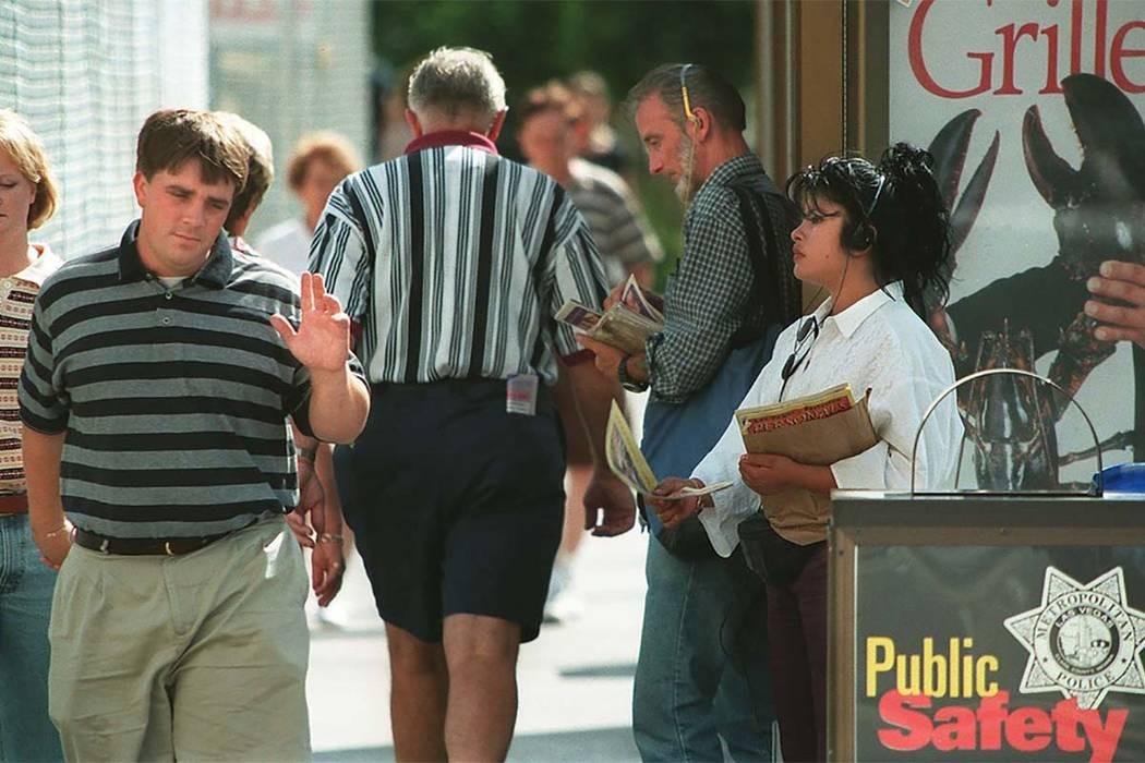 Un turista que camina en el Strip de Las Vegas niega a un volantero. (Foto de archivo Las Vegas Review-Journal)