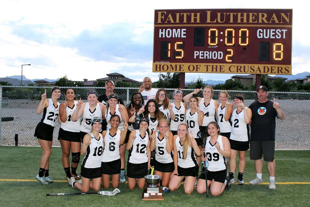 El equipo de lacrosse femenino Sky Pointe de la Academia Somerset de Las Vegas celebran después de que ganaran el título estatal, con 15 a 8, sobre Truckee of Northern Nevada en mayo en Faith Lu ...