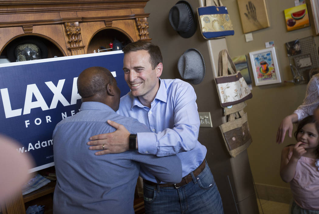 "Sherman Gray, izquierda, propietario de Avery's Coffee Shop, estrecha la mano de Adam Laxalt, un republicano candidato a gobernador, en una campaña para ""Get-Out-The-Vote"" en Avery's Coffee Shop ..."