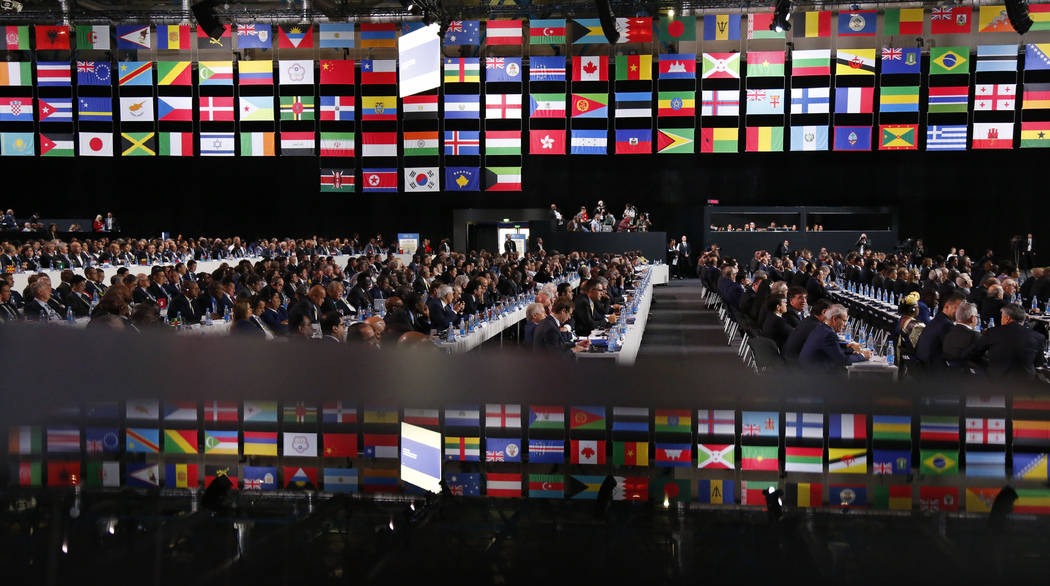 Los delegados asisten al congreso de la FIFA en vísperas del primer partido de la Copa Mundial de fútbol 2018 en Moscú, Rusia, el miércoles 13 de junio de 2018. El congreso de Moscú seleccion ...
