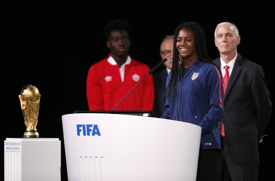 La futbolista estadounidense Brianna Pinto habla en el congreso de la FIFA en vísperas del primer partido de la Copa Mundial de fútbol 2018 en Moscú, Rusia, el miércoles 13 de junio de 2018. E ...
