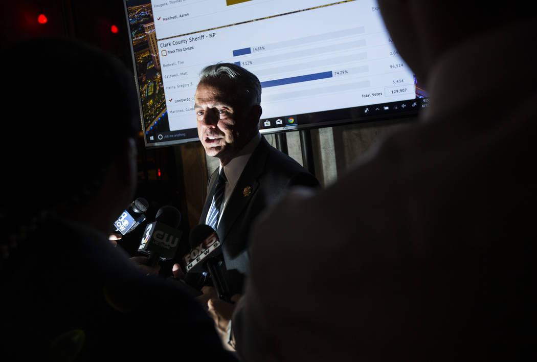 El alguacil del Condado de Clark, Joe Lombardo, responde a los periodistas después de dar su discurso de victoria durante su noche de elecciones en La Comida, en el centro de Las Vegas, el martes ...