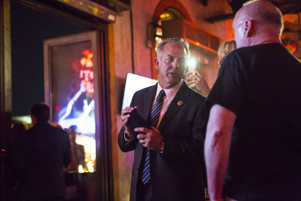El alguacil del Condado de Clark, Joe Lombardo, reacciona a los resultados recibidos durante su velada nocturna de elección en La Comida, en el centro de Las Vegas, el martes 12 de junio de 2018. ...