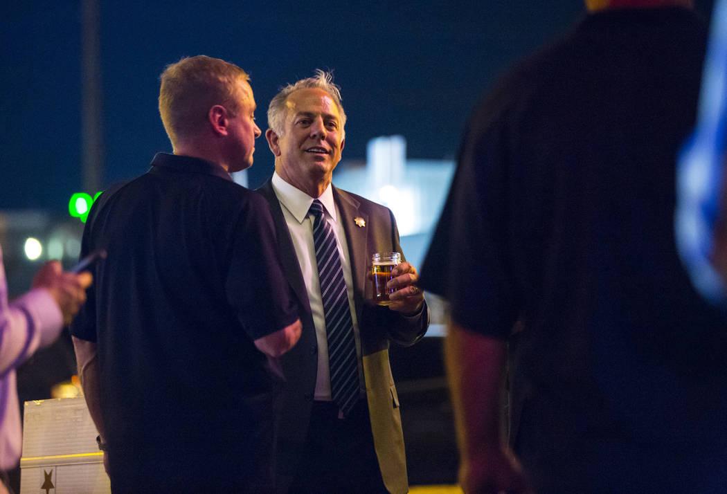 El alguacil del Condado de Clark, Joe Lombardo, en el centro, habla con Kevin McMahill, subalguacillo, durante la fiesta nocturna de elección de Lombardo en La Comida, en el centro de Las Vegas, ...