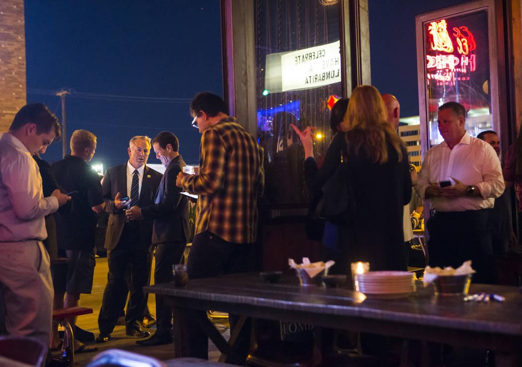 El alguacil del Condado de Clark, Joe Lombardo, tercero desde la izquierda, se mezcla con sus partidarios durante su noche de elecciones en La Comida, en el centro de Las Vegas, el martes 12 de ju ...