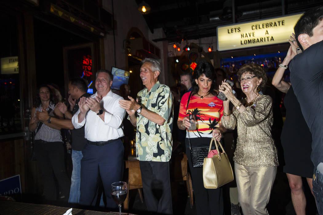 Los simpatizantes reaccionan cuando el alguacil del Condado de Clark, Joe Lombardo, da su discurso de victoria durante su noche de elecciones en La Comida, en el centro de Las Vegas, el martes 12 ...