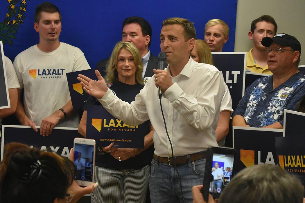 El republicano Adam Laxalt dijo que trabajará por impulsar la economía de Nevada. Lunes 11 de junio, en el 7395 South Pecos Rd. Foto Anthony Avellaneda / El Tiempo.