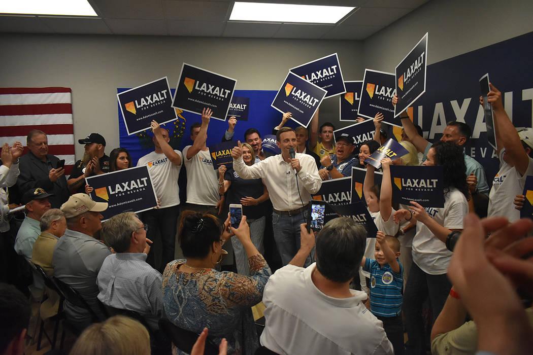 Adam Laxalt contó con el apoyo de cientos de sus seguidores para su cierre de pre-campaña. Lunes 11 de junio, en el 7395 South Pecos Rd. Foto Anthony Avellaneda / El Tiempo.