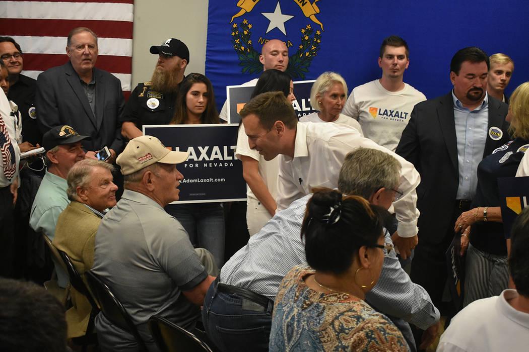 El candidato Adam Laxalt se mostró amable con cada uno de sus seguidores. Lunes 11 de junio, en el 7395 South Pecos Rd. Foto Frank Alejandre / El Tiempo.