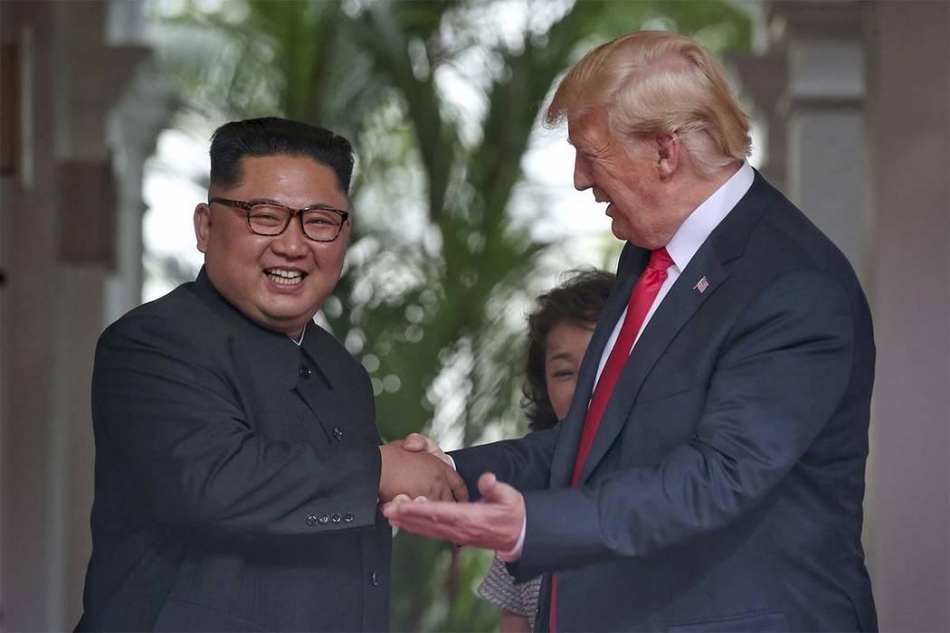 El presidente Donald Trump le da la mano al líder norcoreano Kim Jong Un en el complejo Capella en Isla Sentosa el martes 12 de junio de 2018 en Singapur. (Kevin Lim / The Straits Times vía AP)