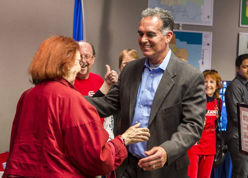Danny Tarkanian saluda a un seguidor antes de presentar su candidatura para el 3er Distrito Congresional de Nevada en el Clark County Government Center en Las Vegas el viernes 16 de marzo de 2018, ...