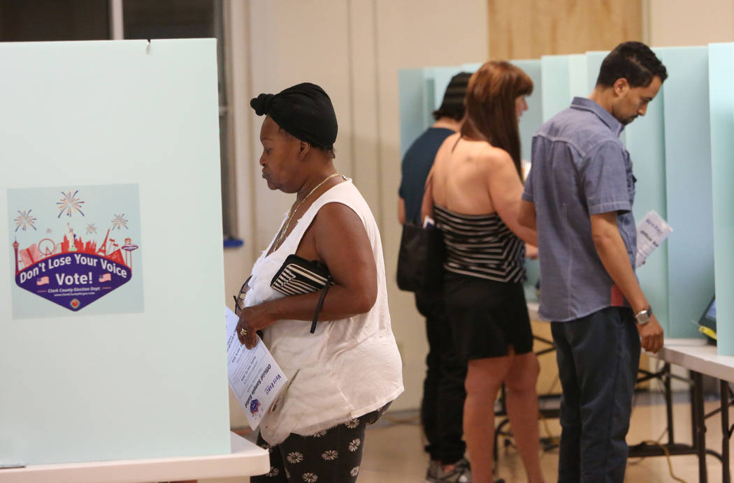 Los votantes emiten su voto durante las elecciones primarias del martes en una mesa electoral en Kenny G. Guin Middle School el 12 de junio de 2018, en Las Vegas Bizuayehu Tesfaye / Las Vegas Revi ...