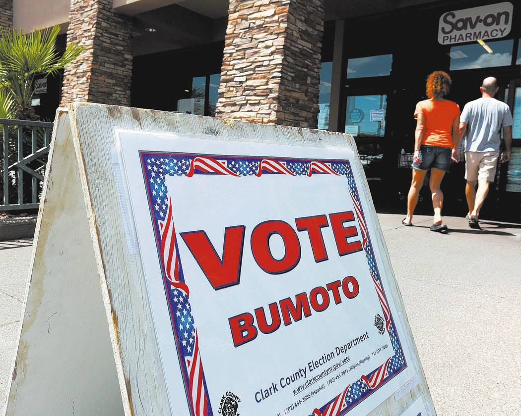 Un letrero indica una mesa de votación dentro de Albertsons en 10250 W. Charleston Blvd. en Las Vegas, el sábado 26 de mayo de 2018, en el primer día de votación anticipada para las elecciones ...