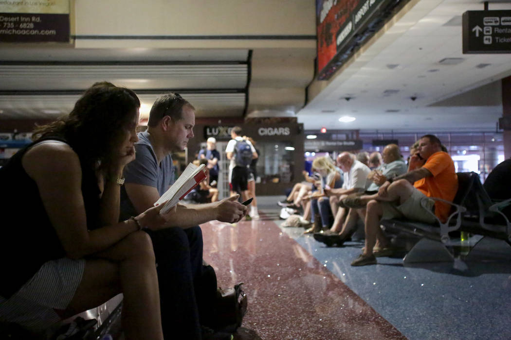 Los pasajeros en reclamo de equipaje esperan a que se restablezca el poder en el Aeropuerto Internacional McCarran en Las Vegas el miércoles 13 de junio de 2018. (Michael Quine / Las Vegas Review ...