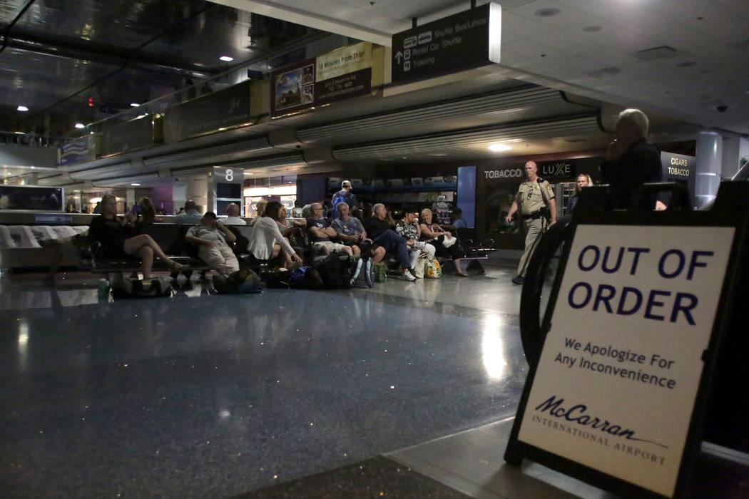 Un letrero bloquea la escalera mecánica en el reclamo de equipaje del Aeropuerto Internacional McCarran, ya que los viajeros esperan un apagón en la Terminal 1 el miércoles 13 de junio de 2018. ...