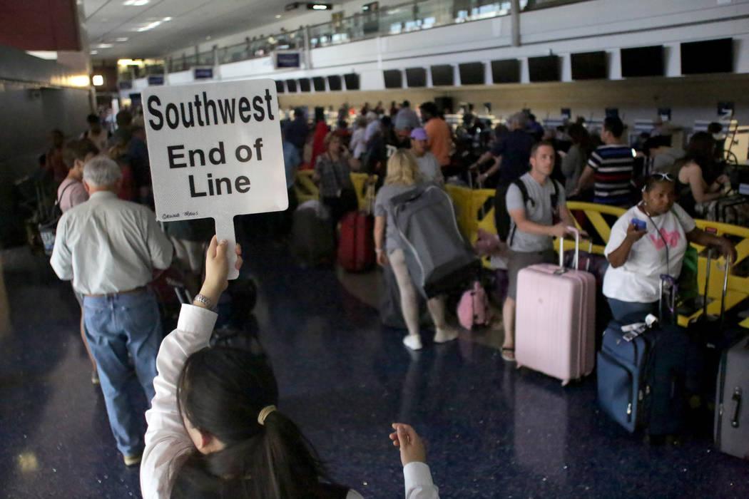 Cientos de viajeros atascan el área de venta de entradas de la Terminal 1 del Aeropuerto Internacional McCarran durante una ausencia de energía eléctrica el miércoles 13 de junio de 2018. Mich ...