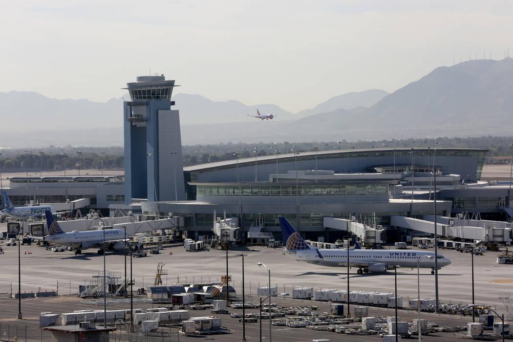 Las aeronaves continúan llegando y partiendo durante un apagón en la Terminal 1 del Aeropuerto Internacional McCarran que no afectó a la torre de control el miércoles 13 de junio de 2018. Mich ...