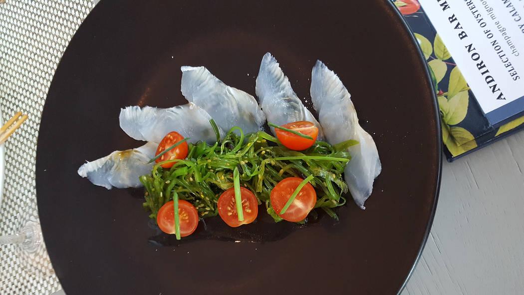 El golpe de suerte viene con tomates cherry cortados por la mitad y ensalada de algas en una vinagreta de lichi en Andiron Steak & Sea, 1720 Festival Plaza Drive. Anne King / Vista