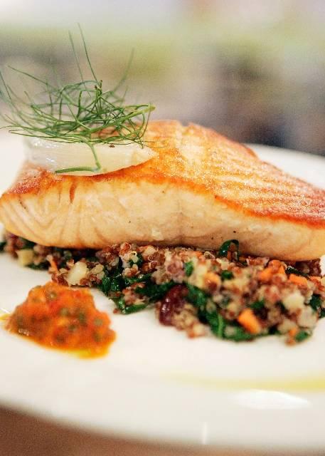 El salmón escocés con pilaf de quinoa, hinojo estofado y chimichurri peppadew hecho en casa se encuentra en el menú de Honey Salt.