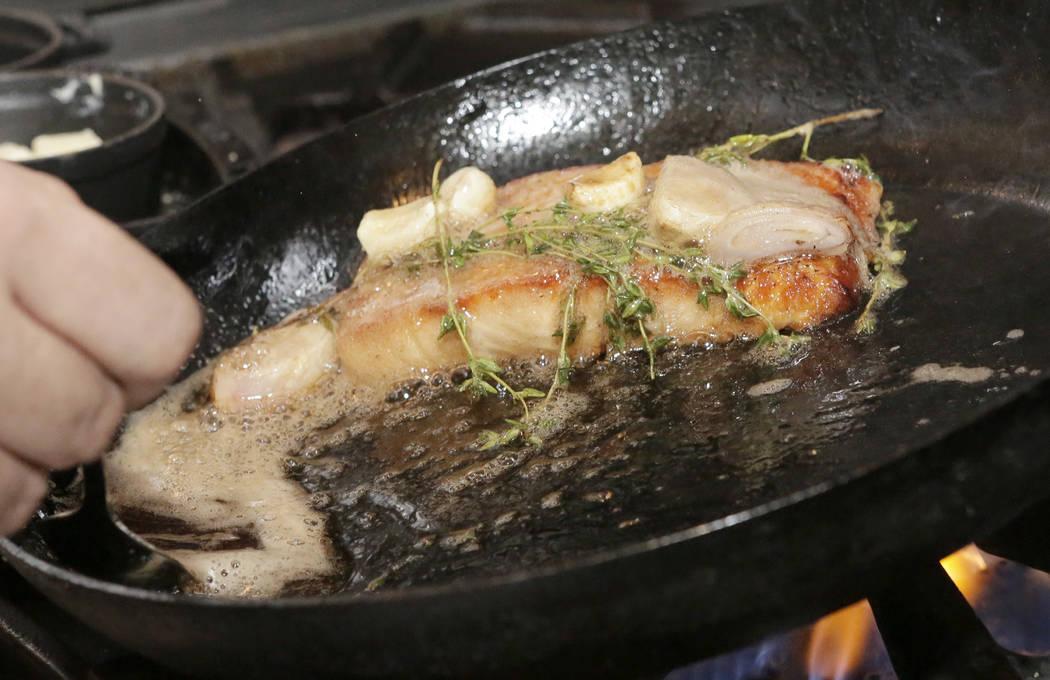 El chef José Mendoza prepara filetes de salmón silvestre del Atlántico en Hank's Fine Steaks y Martinis en Green Valley Ranch el viernes 14 de octubre de 2016, en Henderson. Bizuayehu Tesfaye / ...
