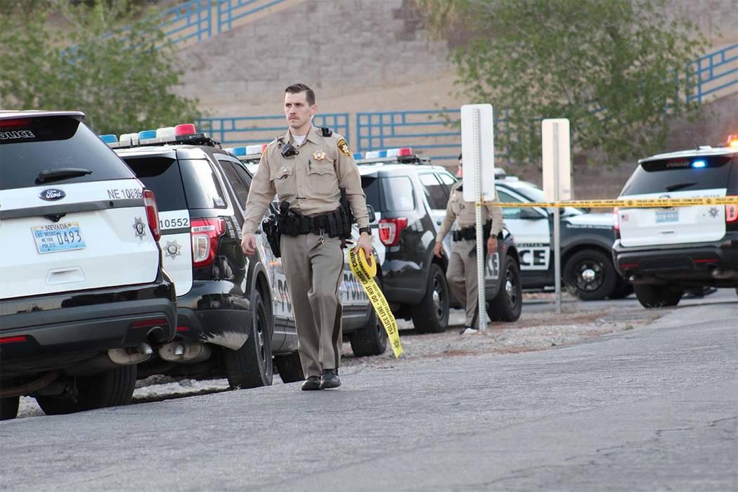 La policía de Las Vegas está investigando un tiroteo involucrado con un oficial en Radwick Drive y Owens Avenue en el valle noreste. Un sospechoso de robo fue asesinado a tiros. (Max Michor / La ...