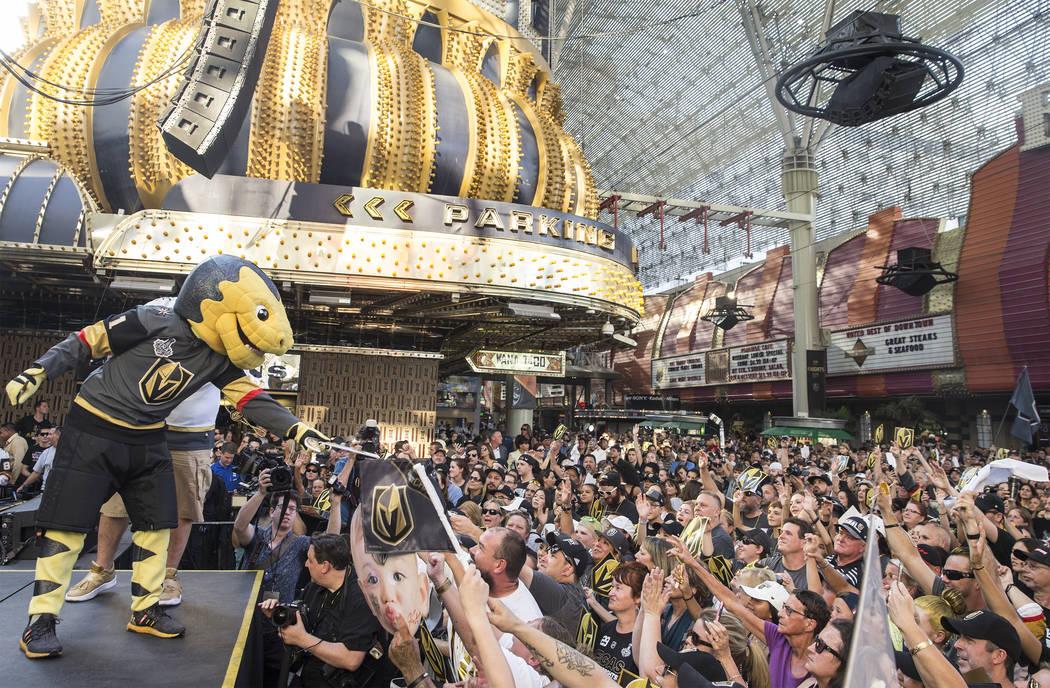 """La mascota de Golden Knights Chance, izquierda, entretiene a la multitud durante """"Stick Salute to Vegas and Our Fans"""" el miércoles, 13 de junio de 2018, en la Fremont Street Experience, en Las Ve ..."""