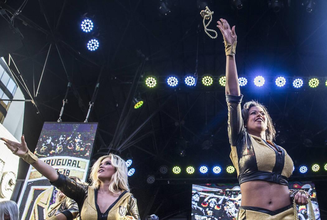 """Las porristas de los Golden Knights lanzan collares a la multitud durante """"Stick Salute to Vegas and Our Fans"""" el miércoles 13 de junio de 2018 en Fremont Street Experience, en Las Vegas. Benjami ..."""