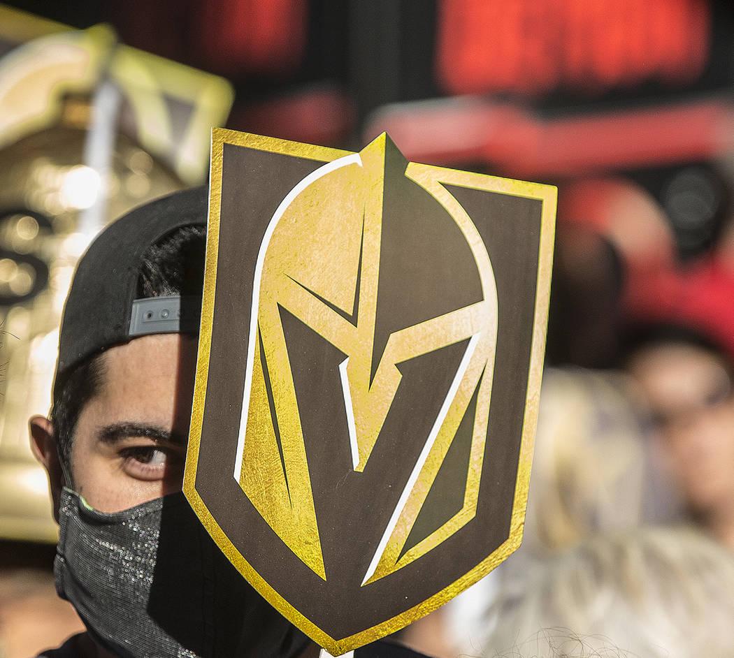"Los fanáticos de Las Vegas en Golden Knights ""Stick Salute to Vegas and Our Fans"" el miércoles, 13 de junio de 2018, en la Fremont Street Experience, en Las Vegas. Benjamin Hager Las Vegas Revie ..."