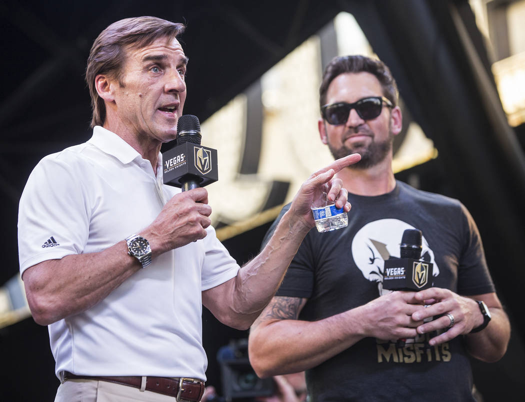 """El gerente general de Golden Knights, George McPhee, izquierda, agradece a los fanáticos por su apoyo durante """"Stick Salute to Vegas and Our Fans"""" el miércoles 13 de junio de 2018 en Fremont Str ..."""