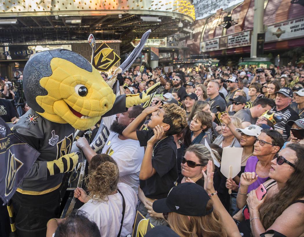 """La mascota de Golden Knights, Chance, izquierda, entretiene a la multitud durante """"Stick Salute to Vegas and Our Fans"""" el miércoles, 13 de junio de 2018, en la Fremont Street Experience, en Las V ..."""
