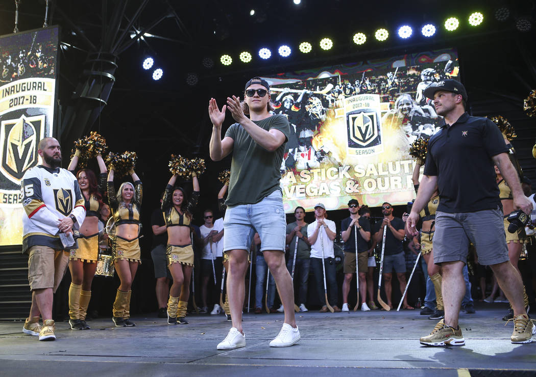 "El centro de los Golden Knights, William Karlsson, celebra durante el ""Stick Salute to Vegas and Our Fans"" celebrado por los Golden Knights en el 3rd Street Stage en el Fremont Street Experience e ..."