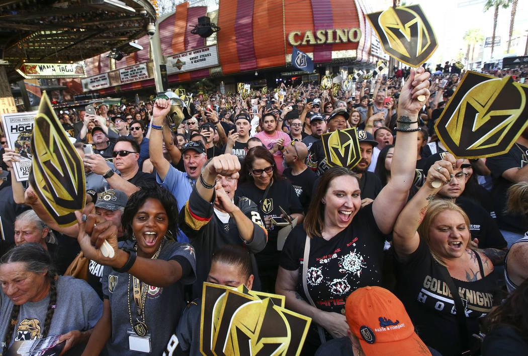 """Los fans de los Golden Knights celebran durante el """"Stick Salute to Vegas and Our Fans"""" celebrado por los Golden Knights en el 3rd Street Stage en la Fremont Street Experience en el centro de Las ..."""