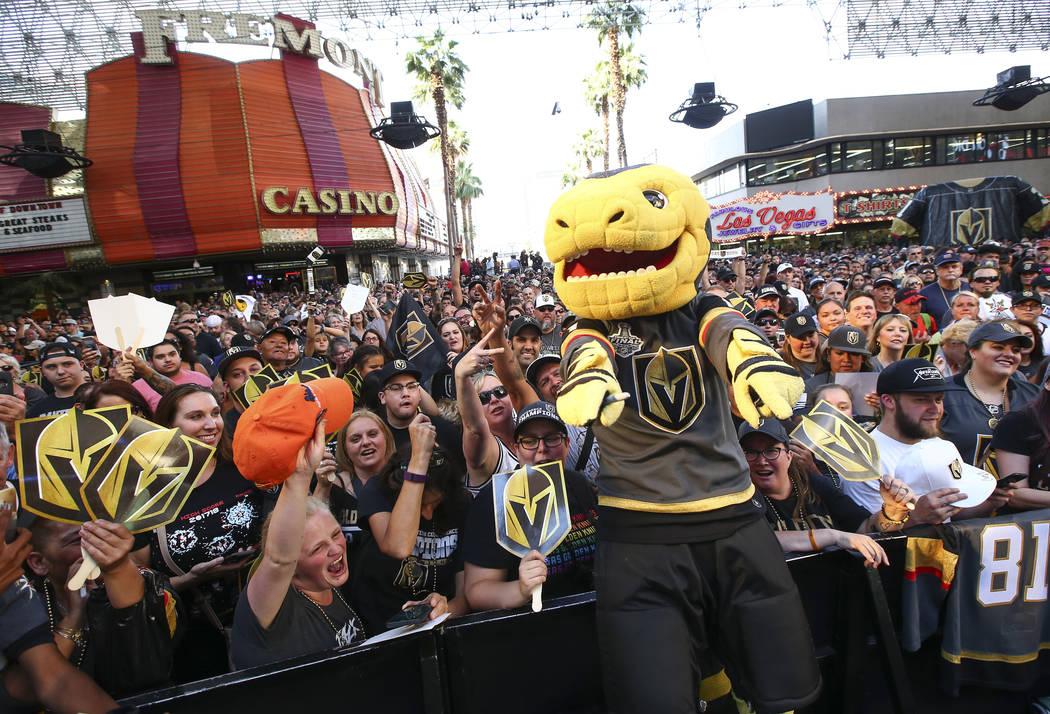 "La mascota de Golden Knights, Chance, posa con la multitud durante el ""Stick Salute to Vegas and Our Fans"" celebrado por los Golden Knights en la 3rd Street Stage en la Fremont Street Experience e ..."