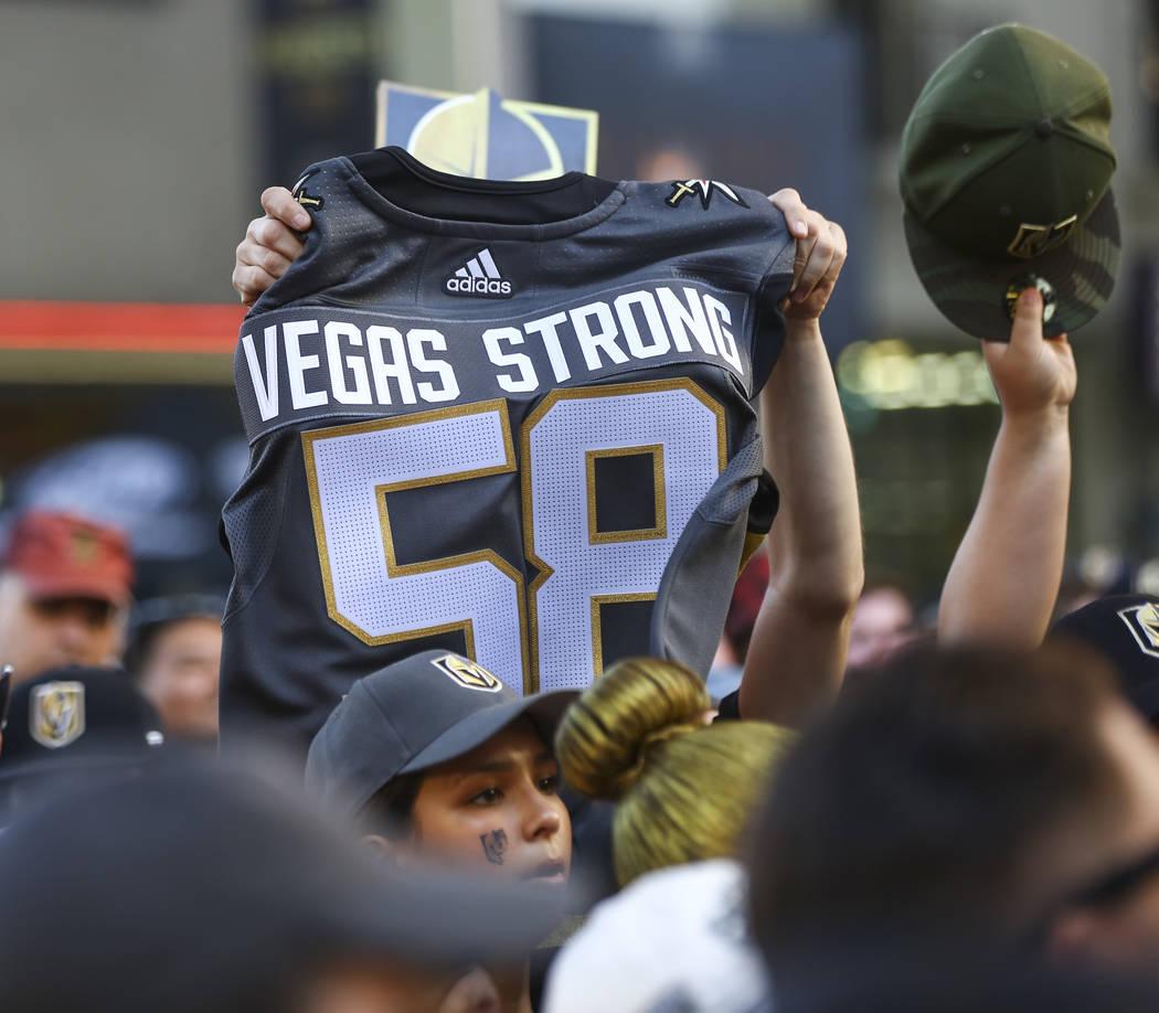 """Un fan de Golden Knights sostiene una camiseta que rinde homenaje a las 58 personas asesinadas en el tiroteo del 1 de octubre durante el """"Stick Salute to Vegas and Our Fans"""" celebrado por los Gold ..."""