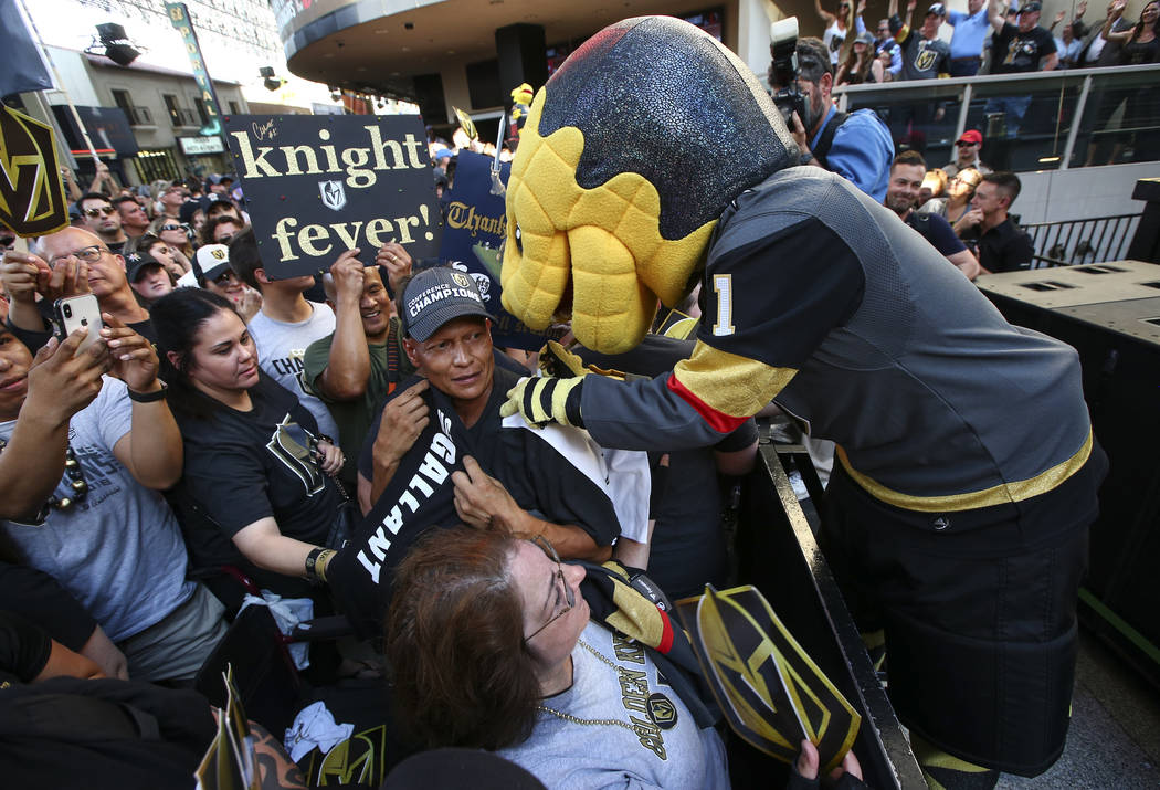 "La mascota de Golden Knights, Chance, autografiando artículos para los fanáticos durante el ""Stick Salute to Vegas and Our Fans"" celebrado por los Golden Knights en el 3rd Street Stage en el Fre ..."