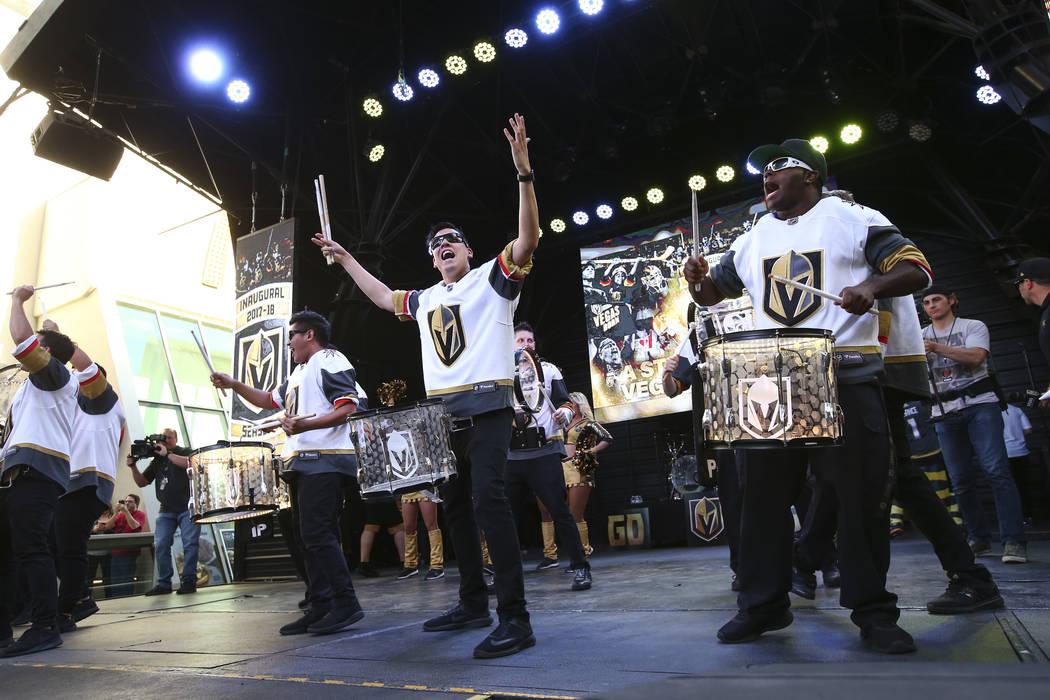 """Los miembros de Knight Line se presentan durante el """"Stick Salute to Vegas and Our Fans"""" celebrado por los Golden Knights en la 3rd Street Stage en la Fremont Street Experience en el centro de Las ..."""