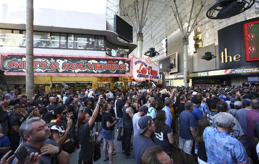 """Los fanáticos de Golden Knights se agolpan durante el """"Stick Salute to Vegas and Our Fans"""" celebrado por los Golden Knights en el 3rd Street Stage en la Fremont Street Experience en el centro de ..."""