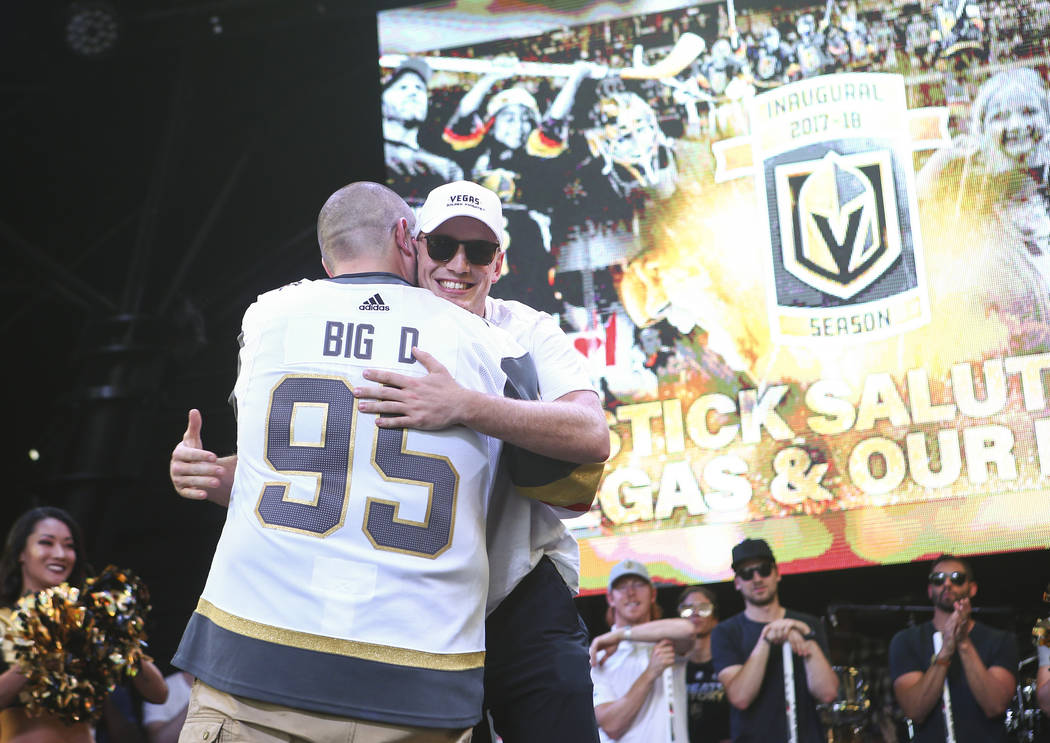 "El defensa de los Golden Knights, Nate Schmidt, abraza al locutor Wayne ""Big D"" Danielson durante el ""Stick Salute to Vegas and Our Fans"" celebrado por los Golden Knights en el 3rd Street Stage en ..."