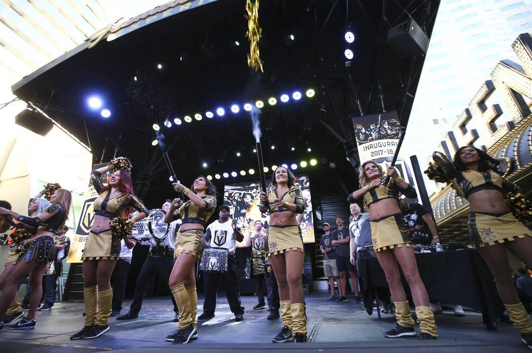 """Los miembros de Golden Aces animan durante el """"Stick Salute to Vegas and Our Fans"""" celebrado por los Golden Knights en la 3rd Street Stage en la Fremont Street Experience en el centro de Las Vegas ..."""