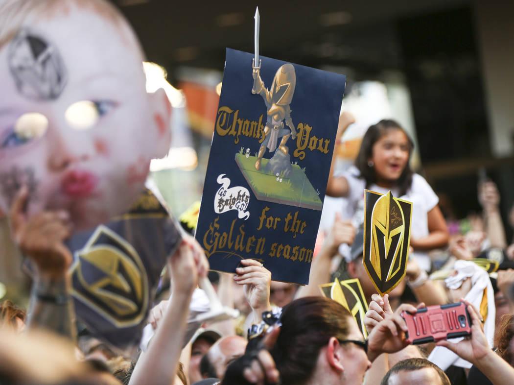 "Los fanáticos de Las Vegas celebran a sus Golden Knights durante ""Stick Salute to Vegas and Our Fans"" el miércoles 13 de junio de 2018 en Fremont Street Experience, en Las Vegas. Benjamin Hager ..."
